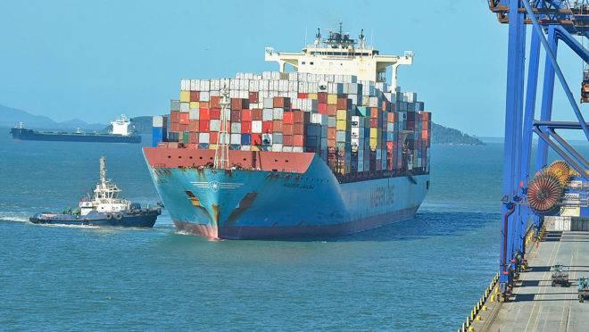 Navio no Porto de Paranaguá.