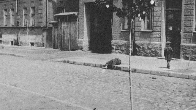 Uma vítima da fome em  Kharkiv, Ucrânia, em 1933.