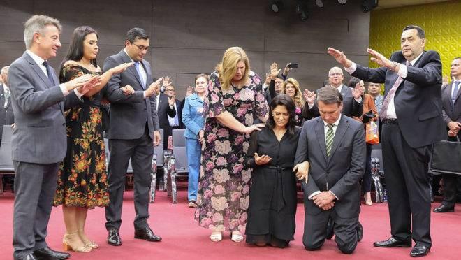 Bolsonaro a e primeira dama Michelle são abençoados em culto em Manaus: apoio do Planalto à liberação de cassinos no país depende da bancada evangélica.