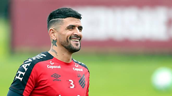 Lucho renovou contrato com o Athletico até o fim de 2020
