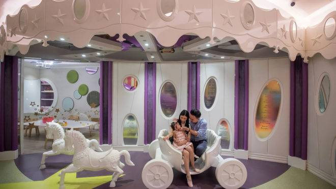 Chris Jung, diretor de operações da Gene Discovery, posa uma foto com sua esposa Louise Poon e a filha Kaysley Jung em Hong Kong