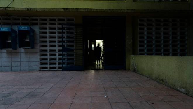 A maior parte do Hospital Psiquiátrico de Caracas, Venezuela, está no escuro porque a administração não consegue comprar novas lâmpadas. 15 de agosto de 2019
