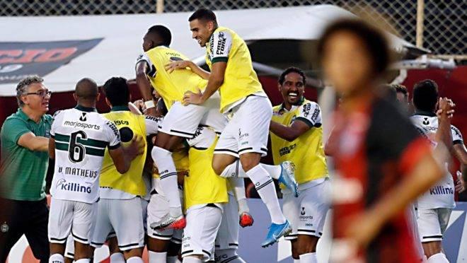 Jogadores do Coritiba comemoram gol no Barradão.