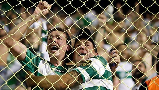 Torcedores do Coritiba festejam o aceso à Série A no Barradão.
