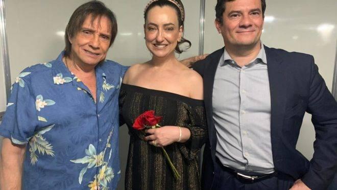 Em show na Ópera de Arame, em Curitiba, Roberto Carlos interrompeu o espetáculo para reverenciar o juiz Sergio Moro. O público reagiu com aplausos e gritos.