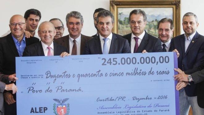 Em 2016, teve foto com o cheque gigante sendo devolvido pela Assembleia Legislativa para o governo do Paraná.
