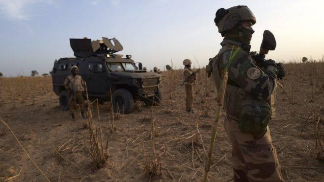 Soldado do exército francês patrulha uma área rural durante operação Barkhane no norte de Burkina Faso, 9 de novembro de 2019