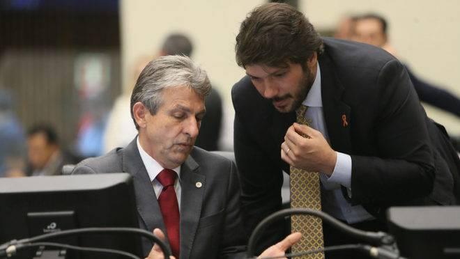 Os deputados estaduais Tadeu Veneri (PT), líder da oposição, e Tiago Amaral (PSB), relator do projeto de lei 594/2019