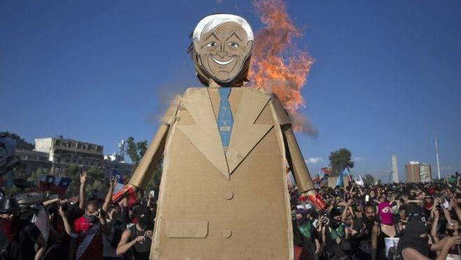 Boneco representando o presidente chileno Sebastián Piñera é queimado em protesto em Santiago, 29 de novembro de 2019