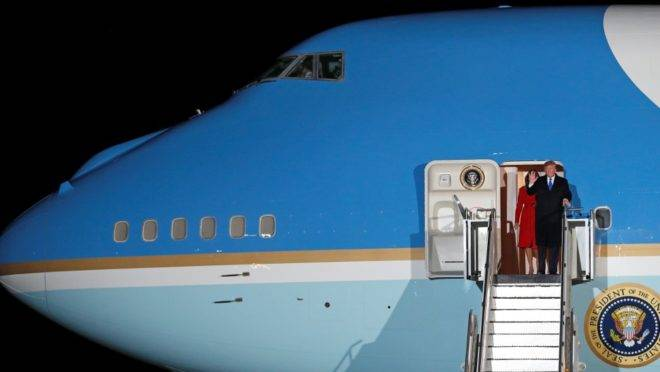 O presidente americano Donald Trump e a primeira-dama Melania Trump desembarcam do Air Force One após pousar no Aeroporto de Stansted, região de Londres, em 2 de dezembro, antes da cúpula de líderes da Otan