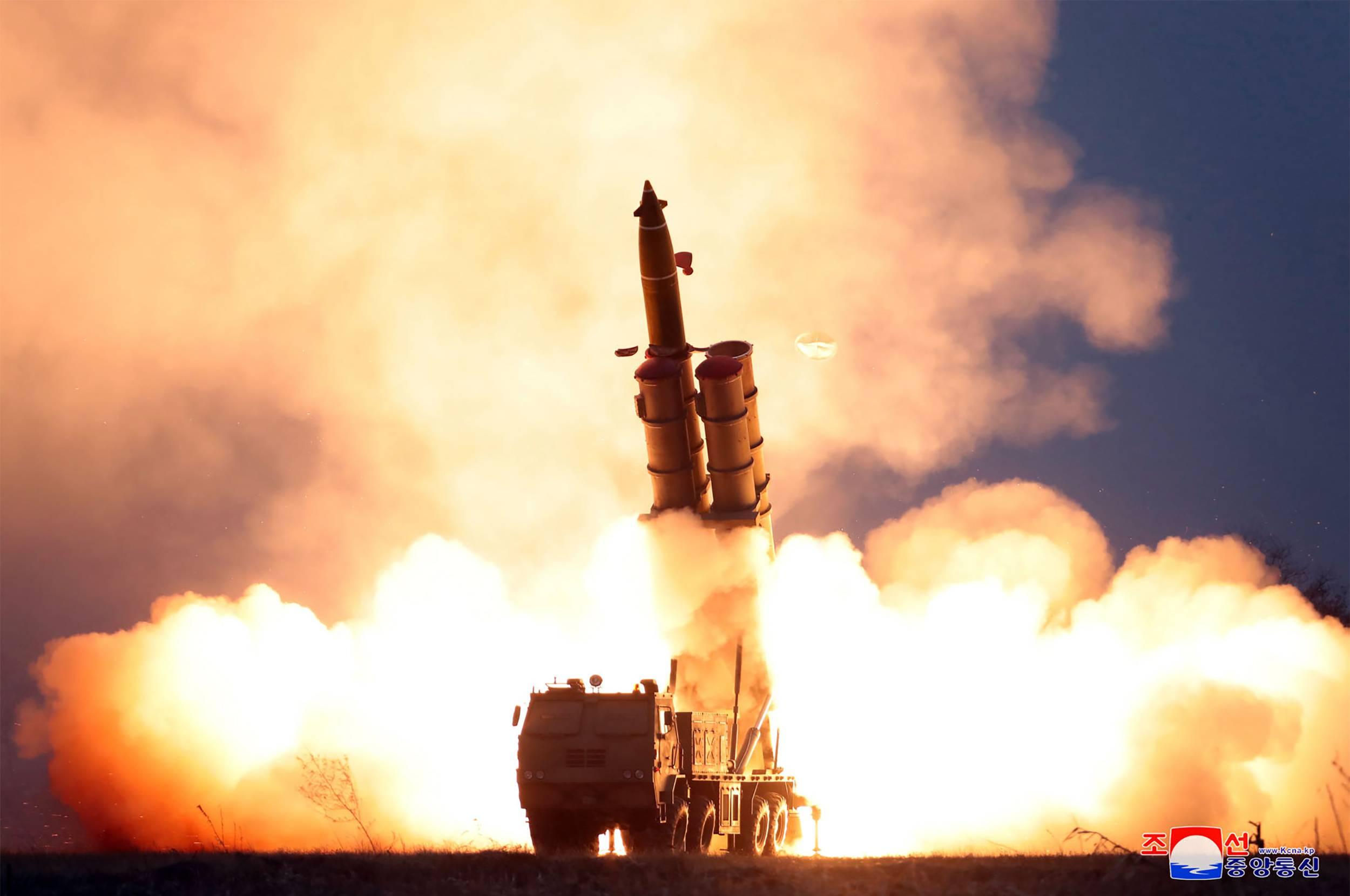 Teste de fogo de um sistema de lançamento múltiplo de foguetes na Coreia do Norte | FOTO: KCNA / KCNA VIA KNS / AFP