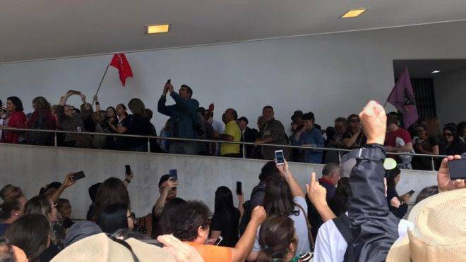 Galerias e corredores da Assembleia Legislativa do Paraná estão tomados por servidores, em protesto.