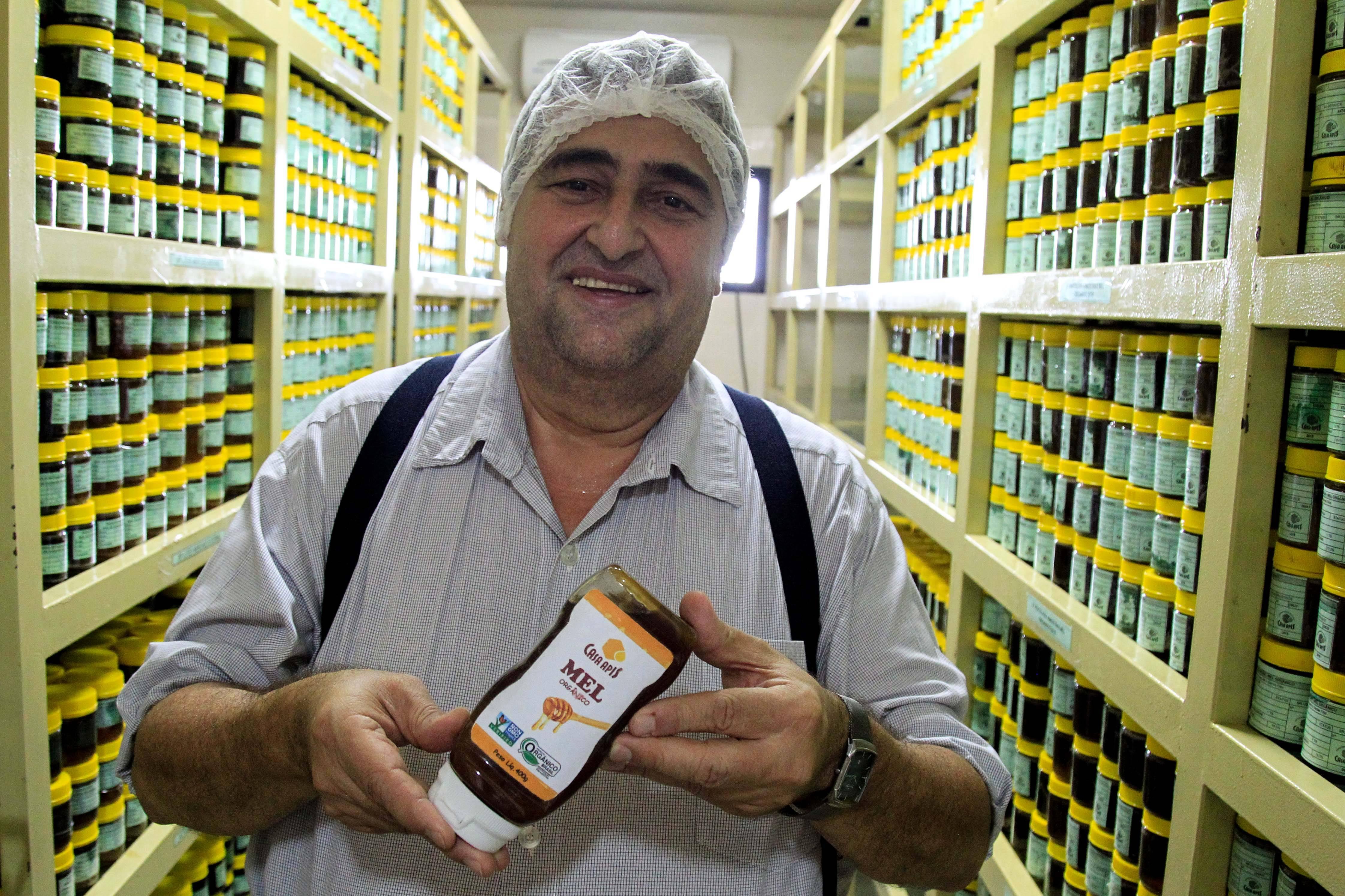 Antonio Leopoldino, diretor geral da Casa Apis, mostra estoques de amostras de mel que foram analisadas no laboratório da indústria de beneficiamento em Picos (PI). Foto: Rogério Machado/Gazeta do Povo