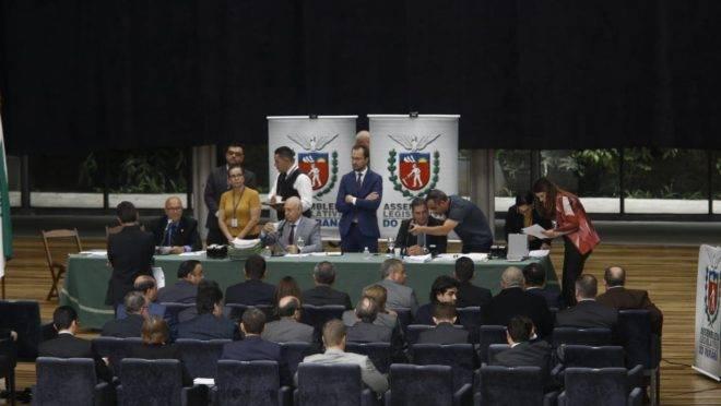 Deputados estaduais realizam sessão improvisada na Ópera de Arame.