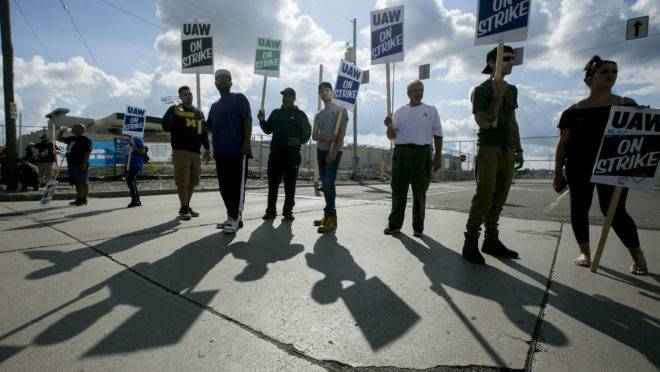 Grevistas do lado de fora da fábrica da General Motors em Flint, Michigan.
