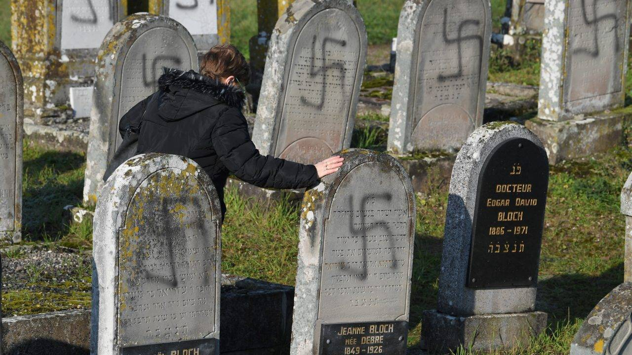 Túmulos judeus vandalizados nazistas