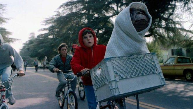 """Nostalgia sarcástica: propaganda transforma o clássico """"E.T."""" em mercadoria e reduz o Natal a um feriado sem a presença de Cristo."""