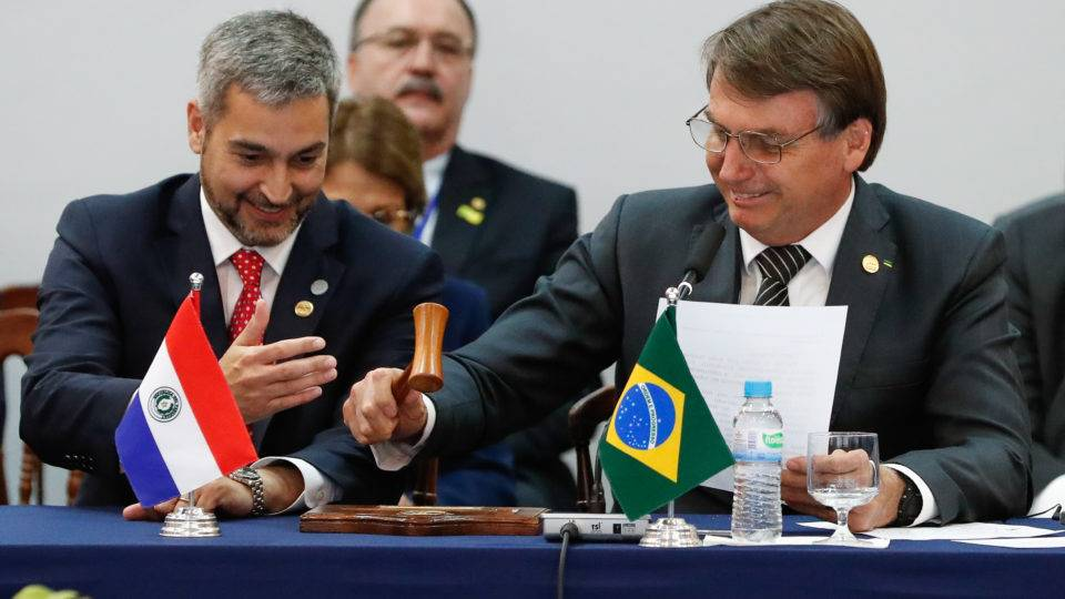 """""""Queria continuar presidente. Não dá para dar um golpe, não?"""", brinca Bolsonaro"""