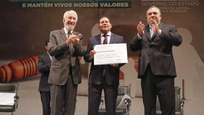 Vice-presidente Hamilton Mourão recebeu homenagem do Governo do Paraná