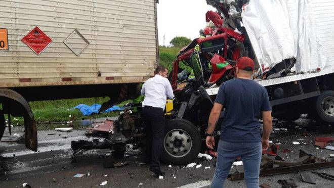 Acidente na BR-116, em São José dos Pinhais, envolveu cinco veículos.