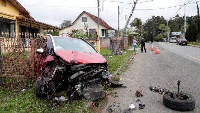Adolescente bate o carro da mãe um poste e vai parar dentro do terreno de moradores da rua Justo Manfron em Santa Felicidade .