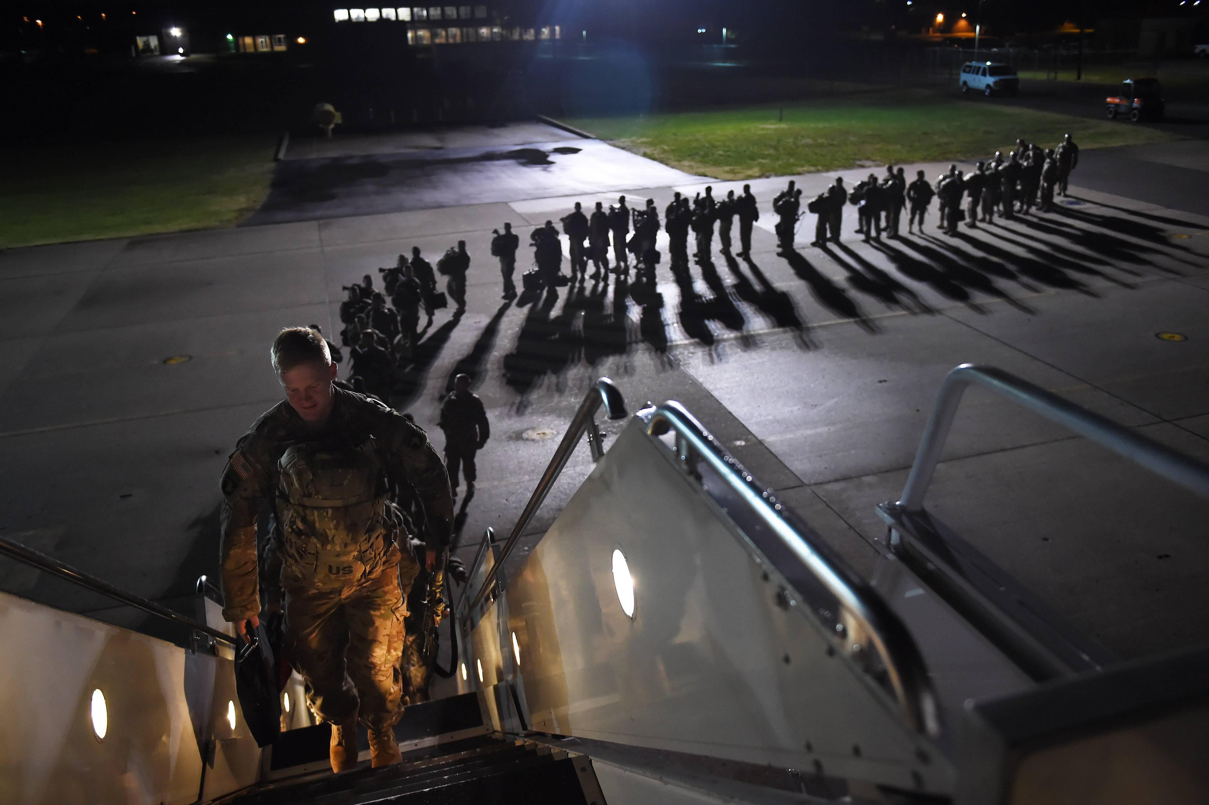 O pessoal do Exército dos EUA embarca em um avião para uma missão no Afeganistão, de Fort Campbell, Kentucky, em 6 de novembro de 2014 | Foto:  Washington Post/Matt McClain