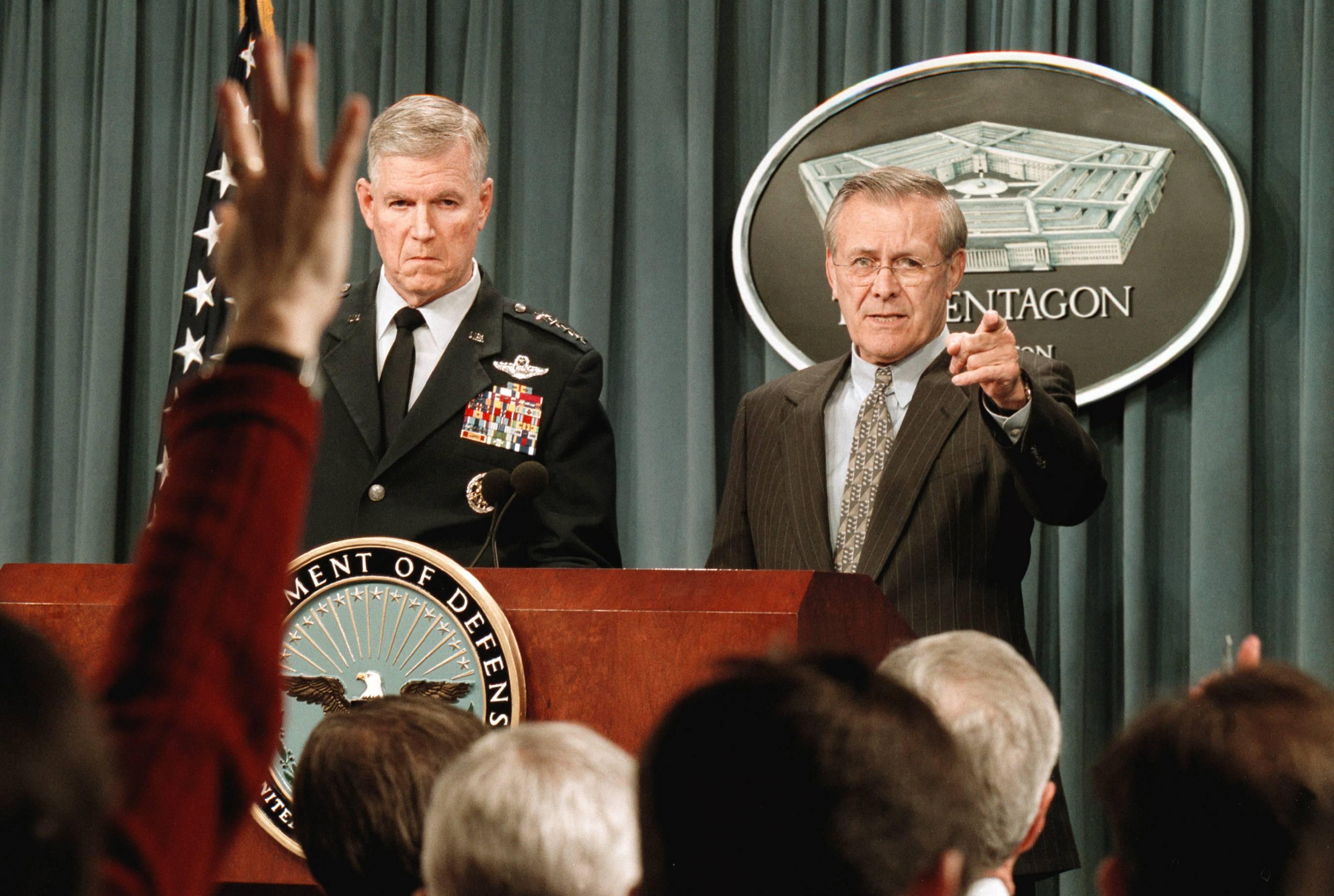 O general da Força Aérea Richard Myers (E), presidente do Estado-Maior Conjunto, e o secretário de Defesa Donald Rumsfeld durante uma coletiva de imprensa em 4 de março de 2002 no Pentágono falando sobre dois helicópteros americanos que caíram no Afeganistão | Foto: Washington Post/Robert A. Reeder