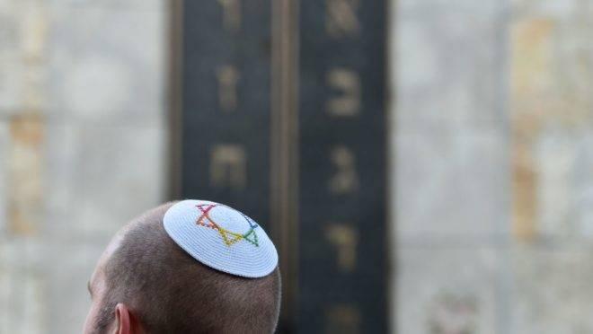 Homem usando quipá diante de uma sinagoga durante uma manifestação contra o antissemitismo realizada em outubro, em Munique.