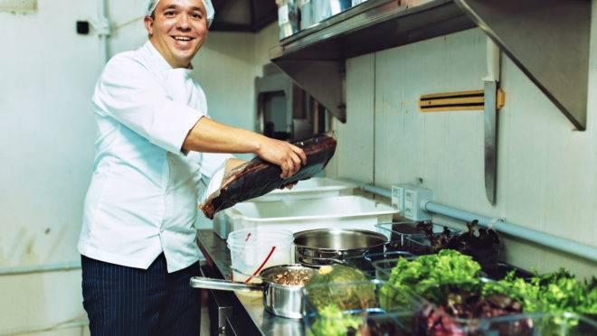 O engenheiro agrônomo Rafael Nekatschalow é o proprietário e chef do Lupe Cozinha Contemporânea, que funciona no Juvevê, em Curitiba.