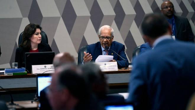 O senador Oriovisto Guimarães durante a leitura do relatório na CCJ.