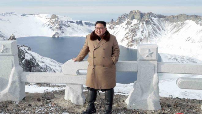 Kim Jong-un posa diante do monte Paektu, em Ryanggang.