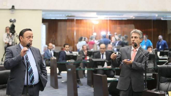 O líder da base, Hussein Bakri (PSD), ao lado do líder da oposição, Tadeu Veneri (PT), durante sessão plenária realizada em 11 de dezembro de 2019