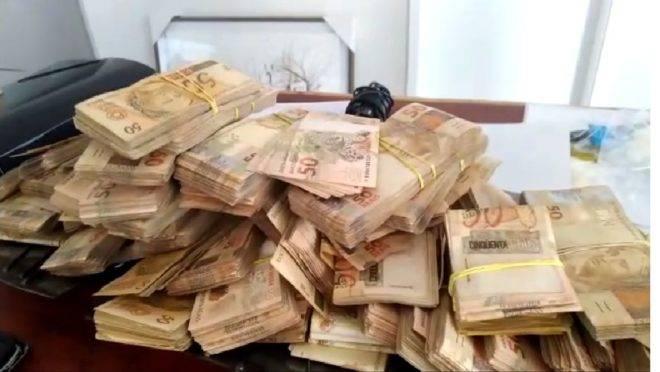 Maços de dinheiro foram apreendidos pela PF. Estimativa é de que R$ 900 mil tenham sido pagos em propina.