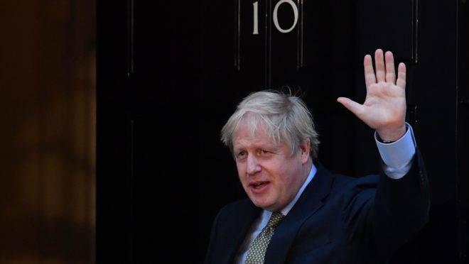 O primeiro-ministro britânico, Boris Johnson, diante da residência oficial