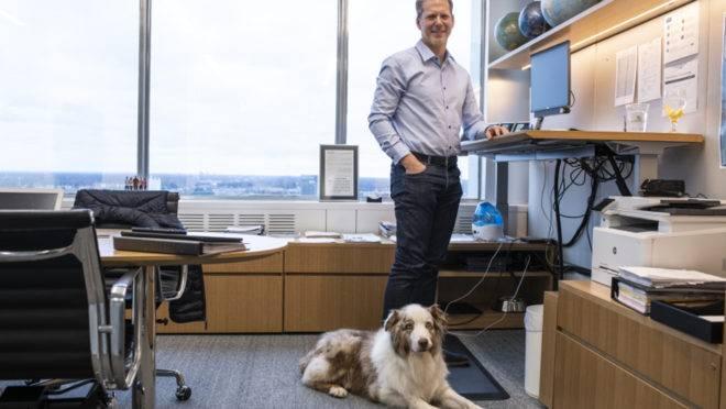 Incentivo: o CFO da Ford, Tim Stone, está diariamente acompanhado pelo pastor australiano Finley.