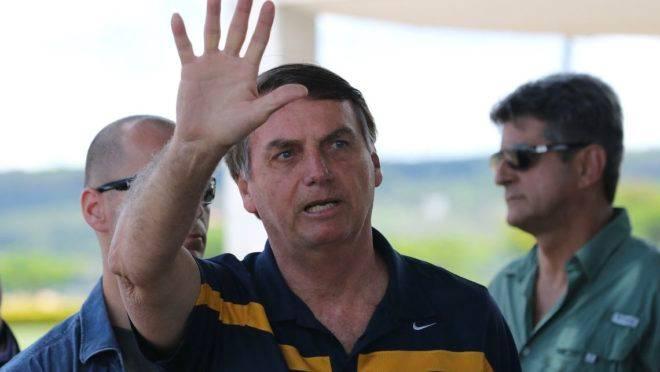 Presidente Jair Bolsonaro conversa com a imprensa em frente ao Palácio da Alvorada.