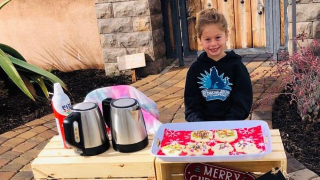 A menina Katelynn Hardee, de cinco anos, vendendo biscoitos.