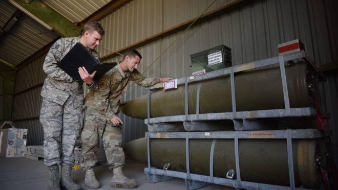 Sargentos da Força Aérea dos EUA inspecionam bombas na base aérea de Incirlik, na Turquia