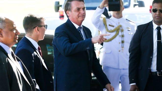 O Presidente Jair Bolsonaro conversa com a imprensa ao sair do Palácio da Alvorada.