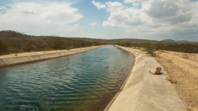 Os 120 km do Canal do Sertão de Alagoas que estão com água são responsáveis pela sobrevivência da agricultura no Semiárido do estado. Região irrigada produz frutas, verduras e raízes como macaxeira e batata-doce, além de matar a sede dos rebanhos