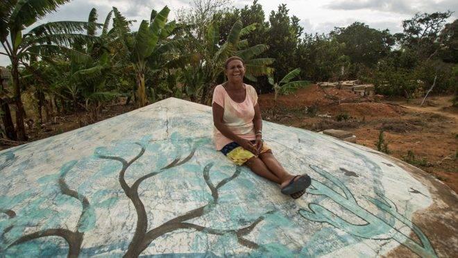 A agricultora Irene da Silva, de Arapiraca (AL), mostra a cisterna que permitirá reservar a água da chuva para fazer a irrigação da lavoura