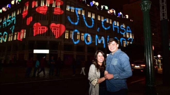 O casal Eduardo Dias e Julia Ramos Ening logo após o pedido de casamento.