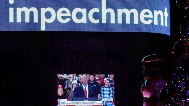 O presidente americano Donald Trump em telão na sede na Fox News durante votação na Câmara que aprovou o seu impeachment, 18 de dezembro de 2019