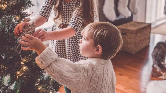 Natal é muito mais do que luzes e presentes, mas seus filhos não saberão disso se você não lhes ensinar sobre os valores celebrados nessa festa