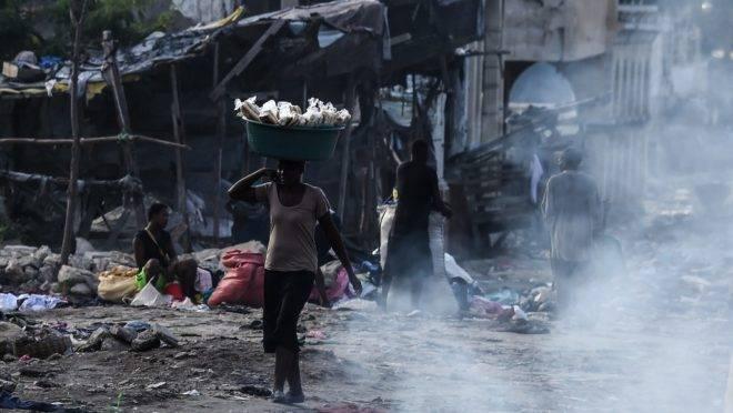 Mulher vende mercadorias em feira em Porto Príncipe, Haiti, 20 de dezembro de 2019. Relatório revela denúncias de abuso sexual e abandono por soldados da missão de paz no país