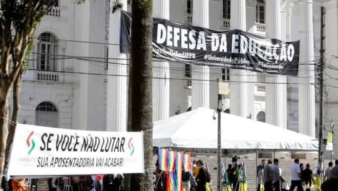 Manifestação na UFPR: gasto com servidores de universidades cresceram mais de 70% em dez anos.