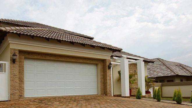 Investir em portas de garagem contribui para a fachada do imóvel – principalmente em sobrados e casas de rua ou em condomínios fechados. | Bigstock