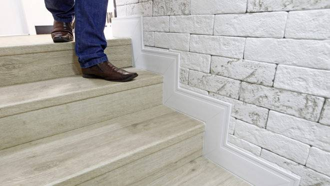 Rodapé funciona como uma moldura, destacando piso e parede. | Antonio More/Gazeta do Povo