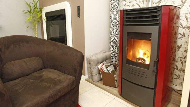 Calefator que utiliza pallets de madeira como combustível é alternativa para aquecer a casa sem fazer reformas. | Antônio More/Gazeta do Povo