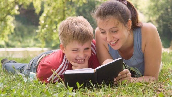 Pais com um nível mais alto de conhecimento ligado à leitura têm mais propensão a mostrar aos seus filhos padrões interessantes da linguagem oral e escrita.